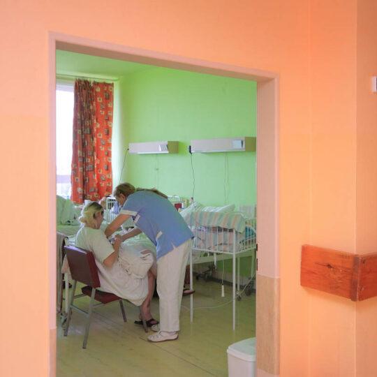 Izba na úseku rooming-in - staničná sestra pomáha pri dojčení